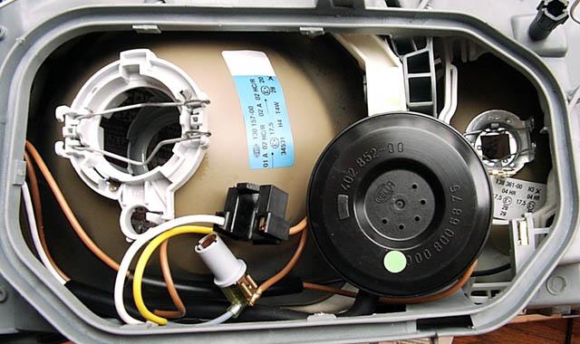 Над контактами подключение вакуума для регулировки фары, под контактами. место присоединения трубки вентиляции.